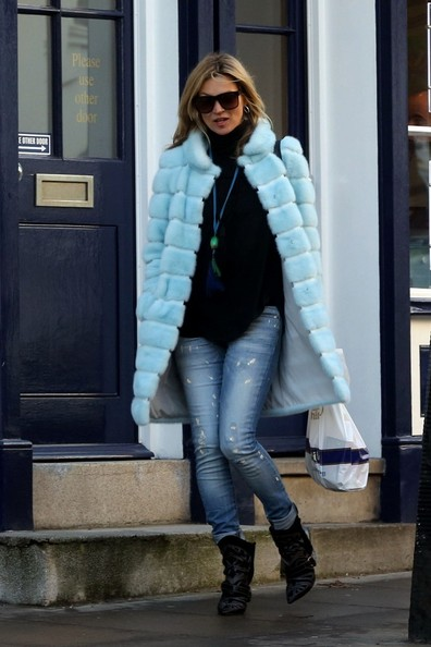 Kate_Moss_Jamie_Hince_take_their_puppy_winter_b_kDhSwwclAl